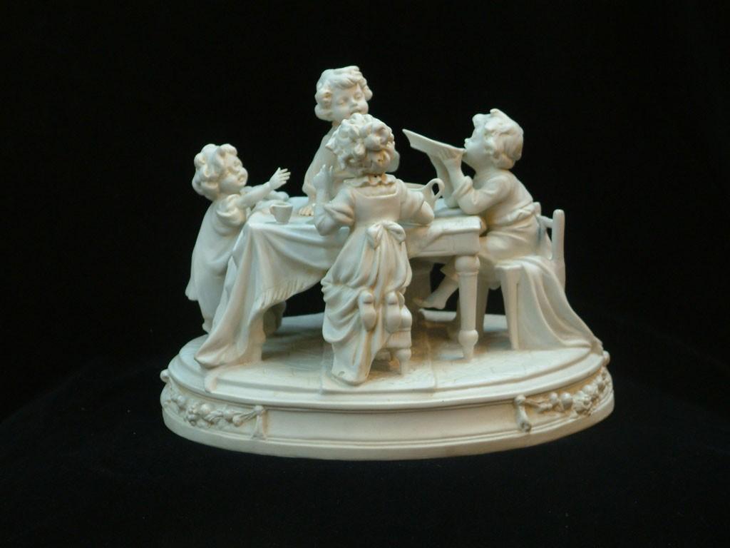ילדים ליד שולחן האוכל - פסל ביסק לבן