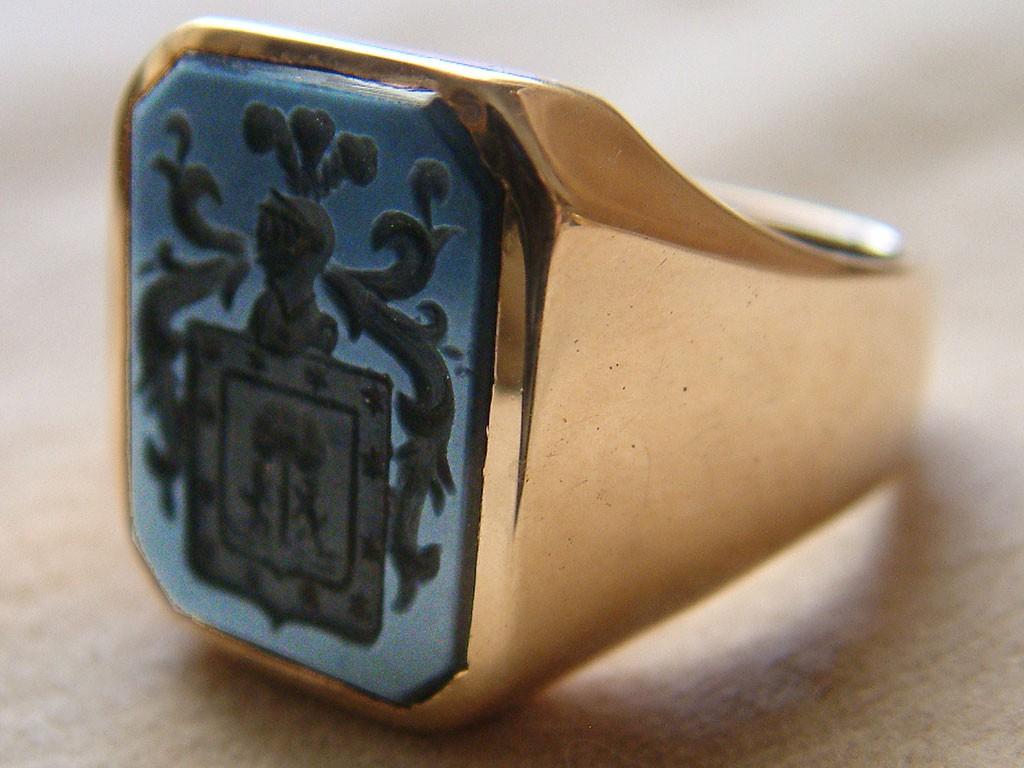 טבעת זהב גברית עם חותם על אגאט כחול