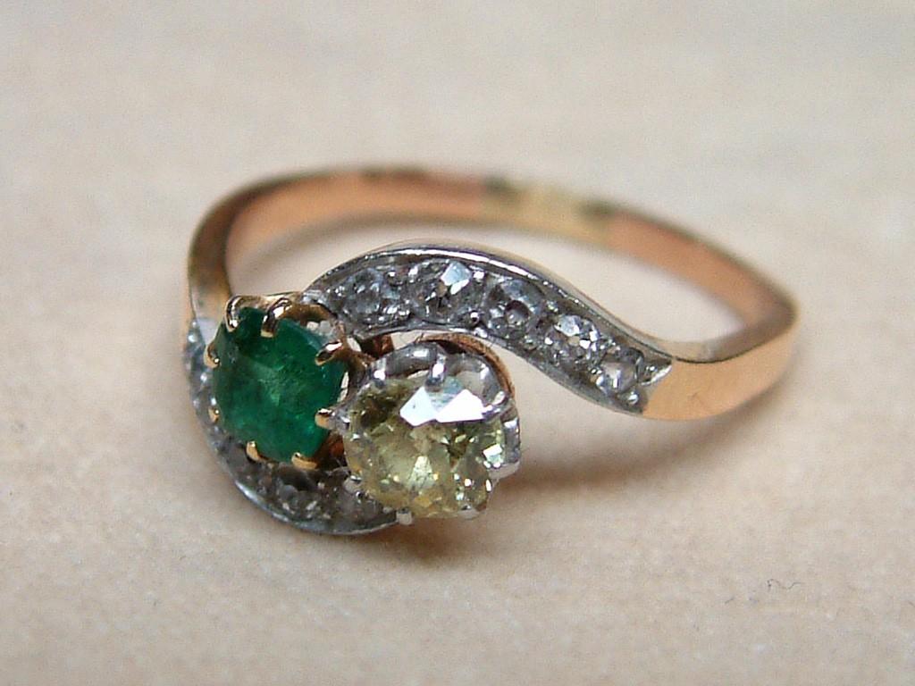 טבעת אירוסין אר-דקו עם אמרלד ויהלומים