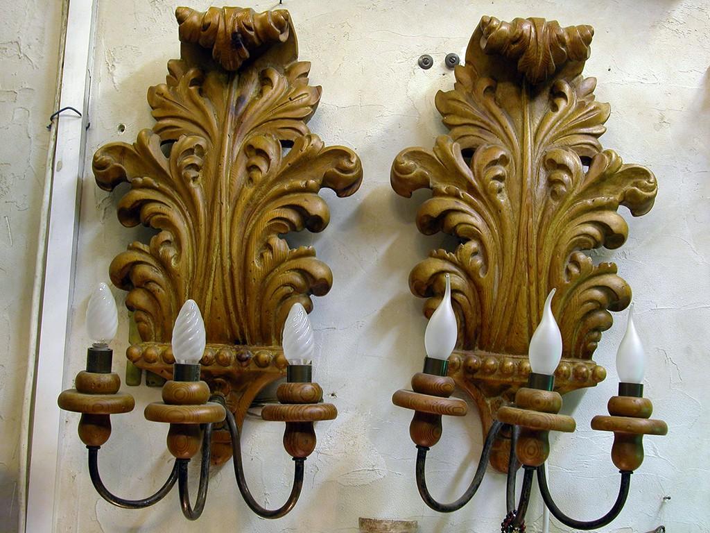 זוג מנורות קיר גדולות מגולפות בעץ