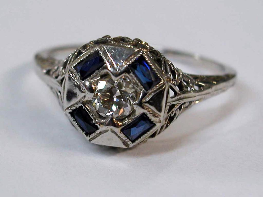 טבעת אר-דקו זהב לבן עם יהלום מרכזי גדול וספירים