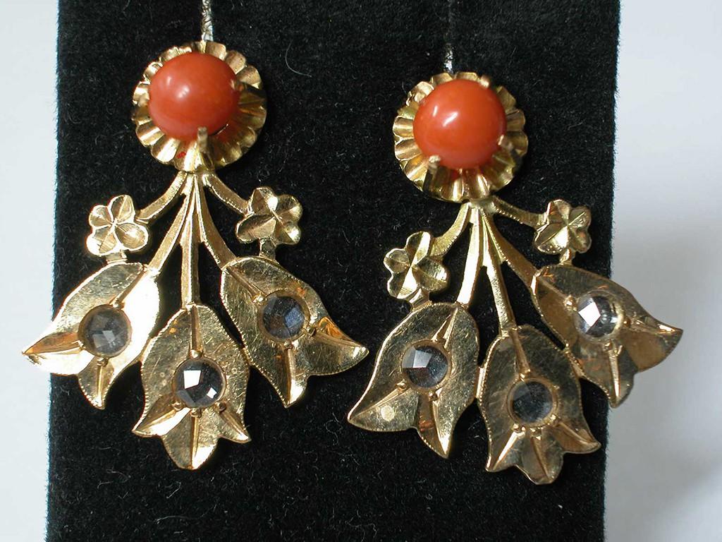 עגילי זהב יחודיים עם קוראלים ודיאמנטים