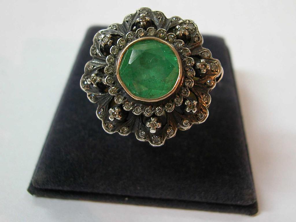 טבעת פרח גדולה עם אמרלד ויהלומים
