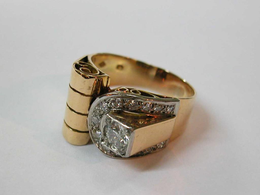 טבעת שנות ה-40 א-סימטרית עם יהלום 0.4 קאראט