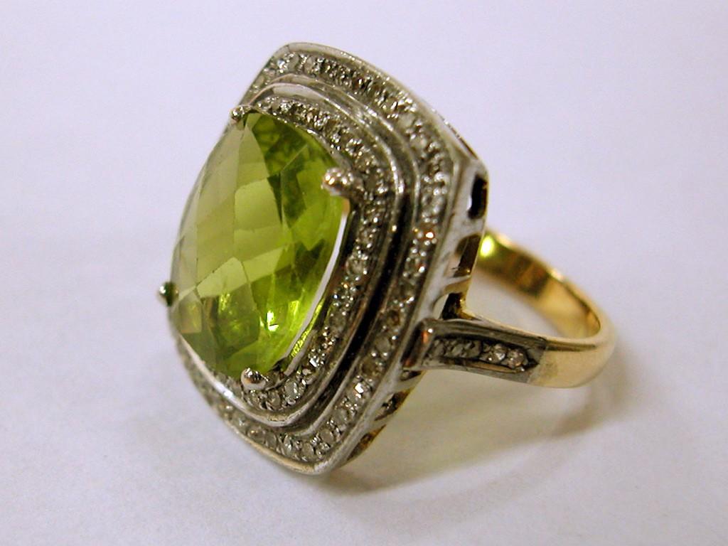טבעת ריבועית משובצת בפרידוט גדול ויהלומים