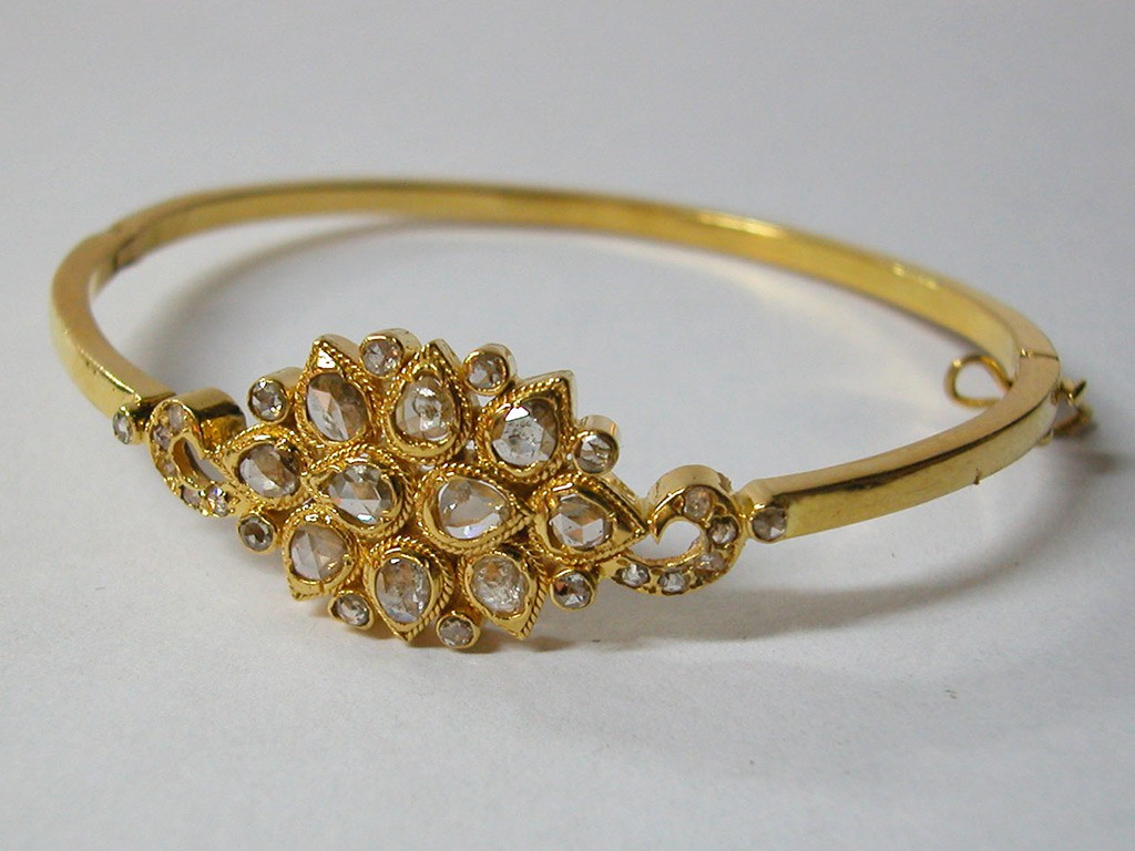 21 Carat Bangle with Rose Cut Diamonds Medallion