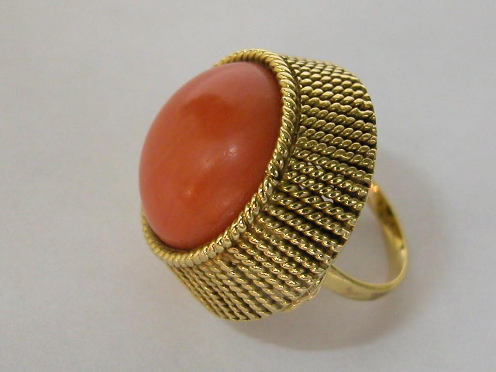 טבעת קוראל עגול גדול עם עבודת צורפות יפהפייה