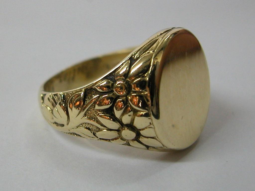 טבעת חותם עתיקה עם תבליט יפהפה בצידיה