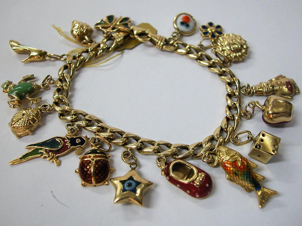צמיד זהב עשיר בתליונים