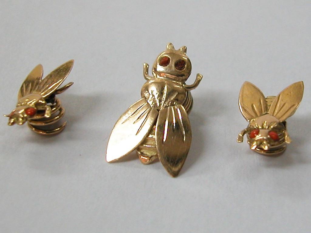 3 סיכות עניבה בצורת זבובים ועיני קוראל