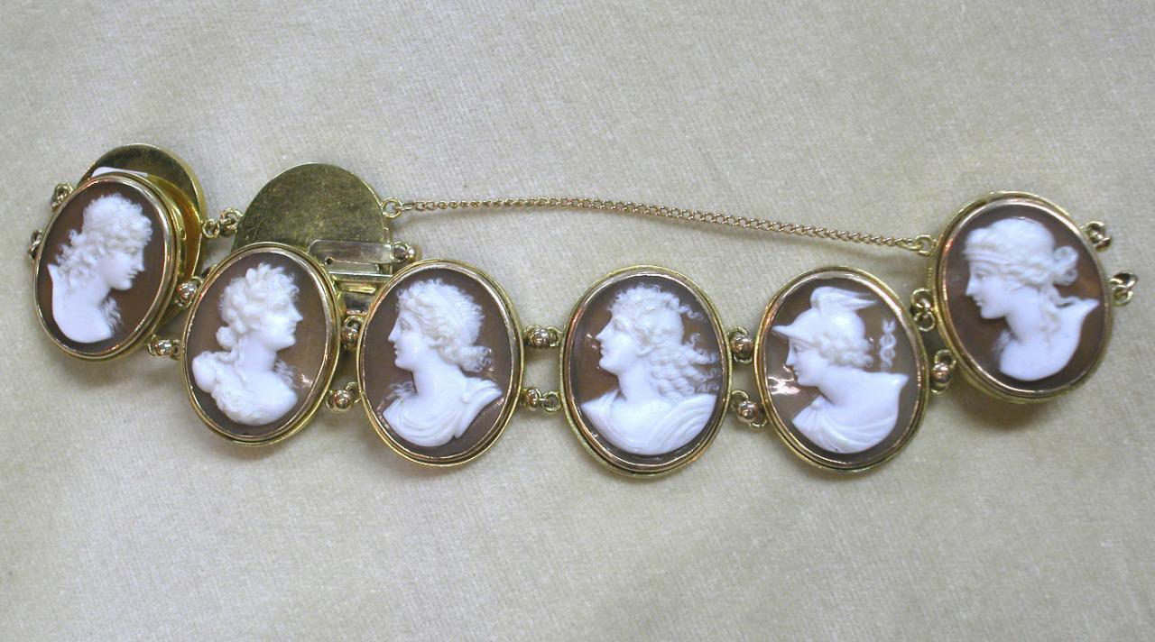 צמיד זהב עם 9 מדליוני צדף בגילוף קמאו
