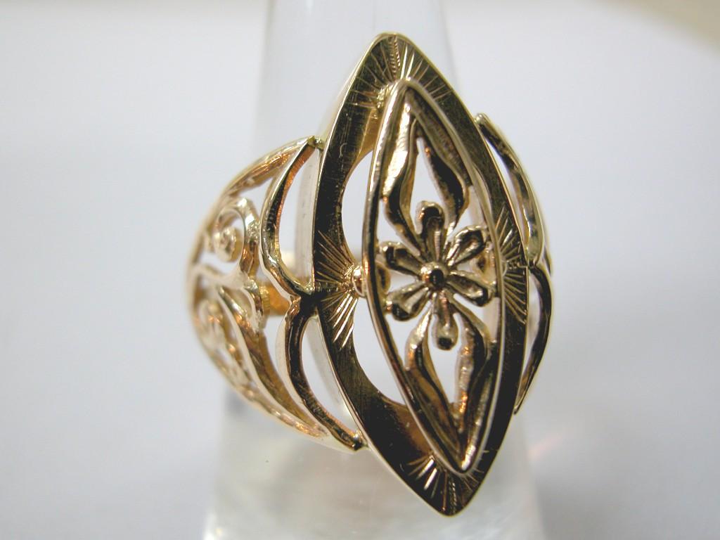 טבעת זהב רוסית גדולה עם חיתוכי פרחים כעין תחרה