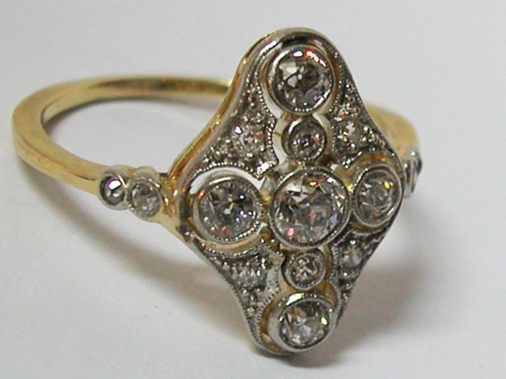טבעת אדוארדית עם יהלומים זוהרים ואיכותיים