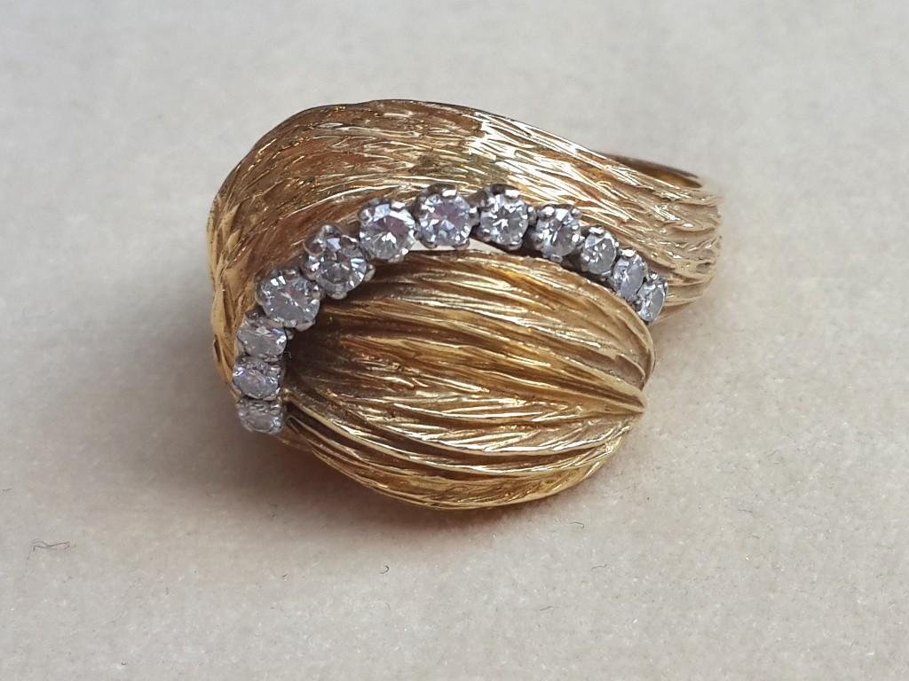 טבעת גבוהה וקמורה עם קשת יהלומים