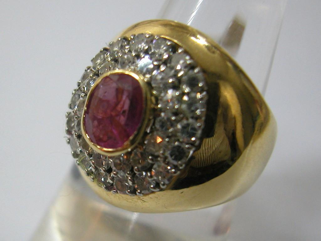 טבעת קמורה וגבוהה עם רובי ויהלומים זוהרים סביבה