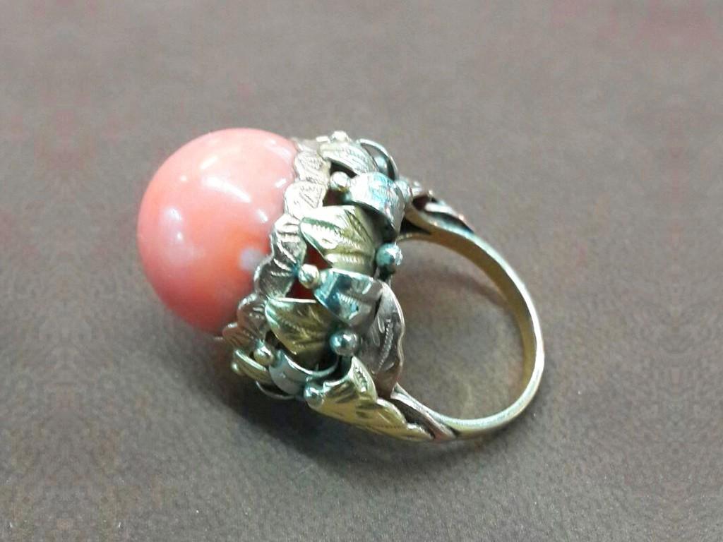 טבעת קוראל כדורי גדול על תושבת זהב בעיצוב יפהפה