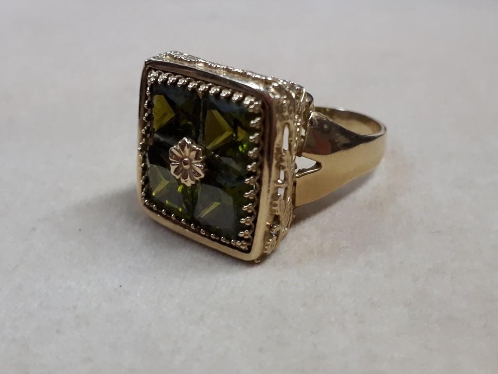 טבעת גדולה עם 4 אבני פרידוט ועיטורי זהב יפהפיים בכל צדדיה