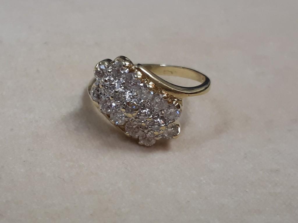 טבעת אר-דקו עם יהלומים לבנים ובורקים