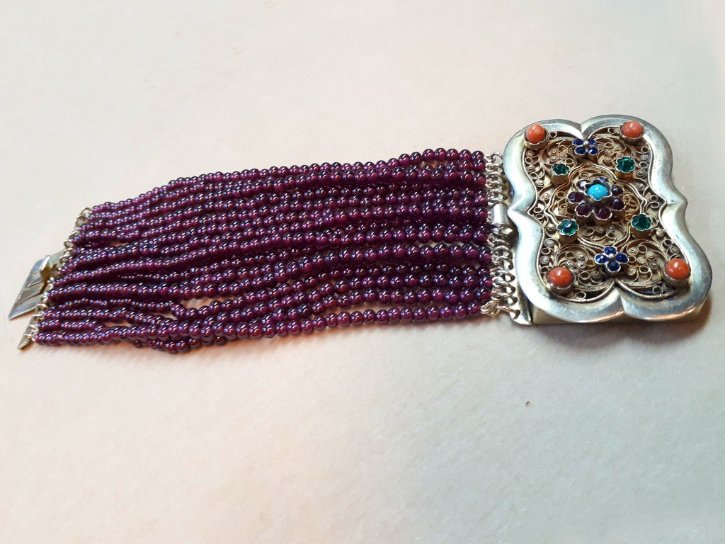 Garnets Bracelet with Unique Latch
