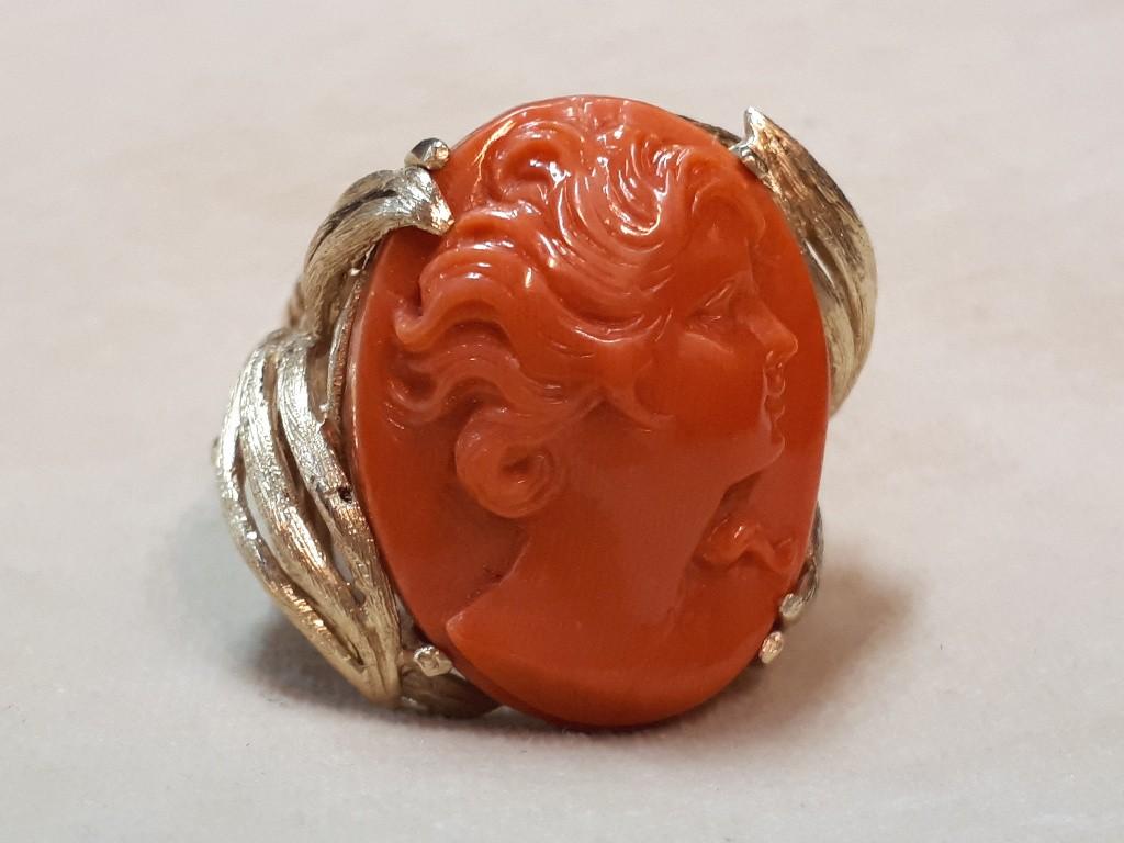 טבעת זהב משובצת בקמאו קוראל גדול של פני אישה יפה