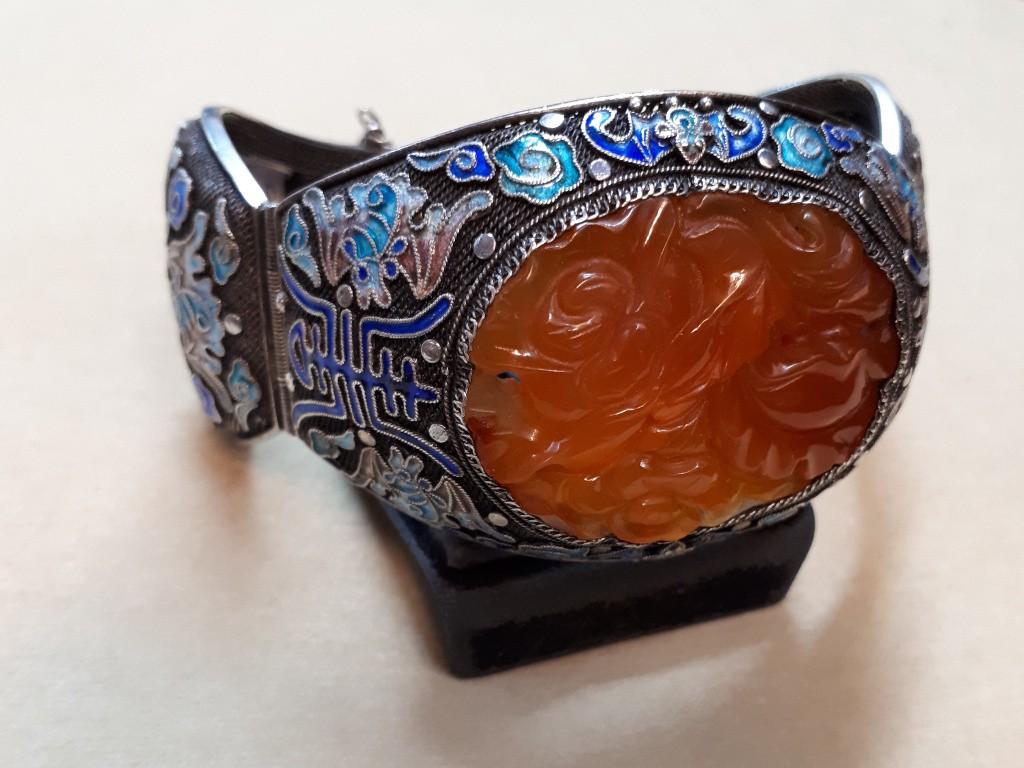 צמיד כסף - חישוק - משובץ באבן קורניאול ענקית וקישוטי אמאייל קסומים