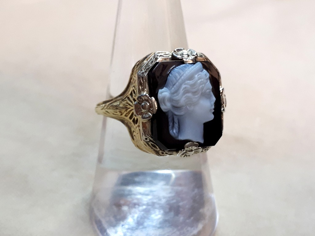 טבעת זהב לבן משובצת בקמאו על אגאט - עתיקה ויפה מאוד