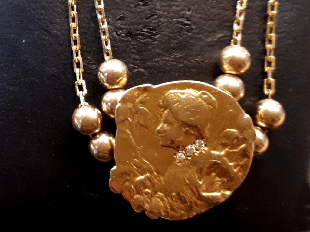 ענק זהב עם תליון ארנובו - פני אישה עם יהלומים - ייחודי וקסום