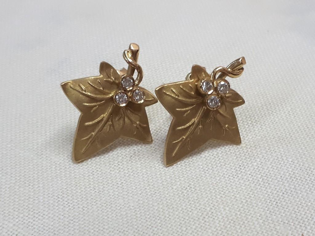 עגילי זהב צרפתים בצורת עלה ובמרכזו יהלומים - קסומים ויחודיים