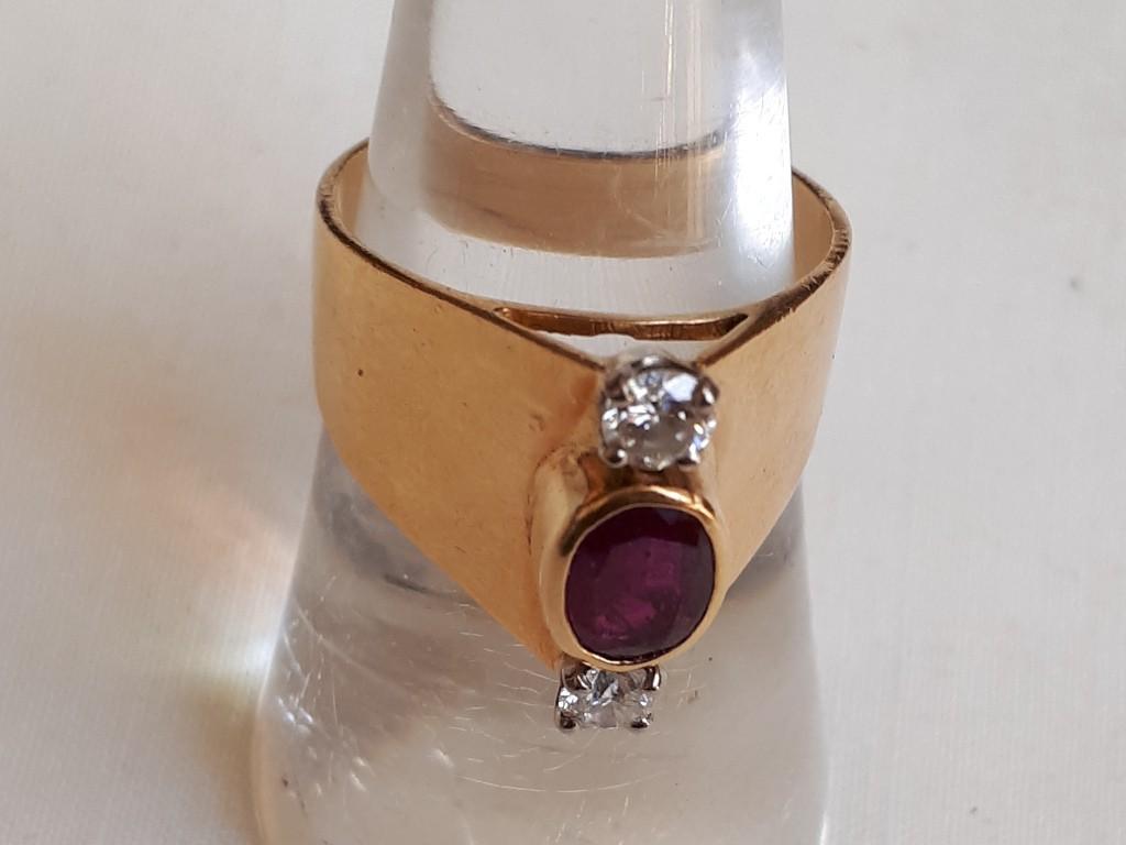 """טבעת צרפתית  עם חזית """"קודקודית"""" ועליה רובי ויהלומים מבריקים"""
