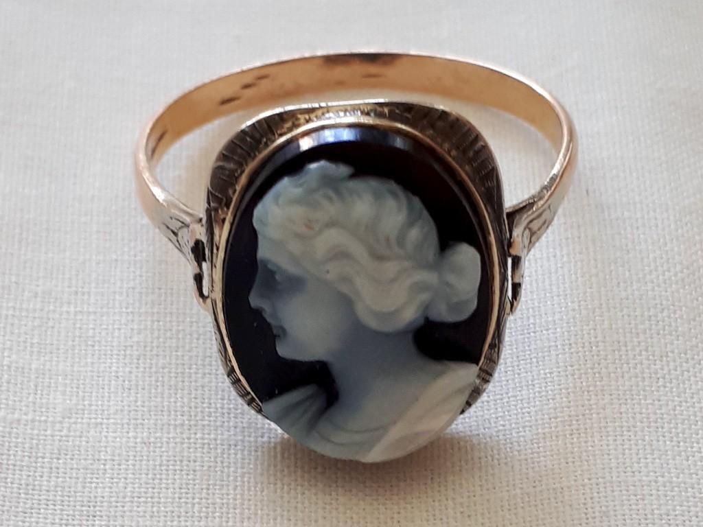 טבעת ויקטוריאנית עם קמאו על אגאט שחור לבן - אישה מאוד יפה