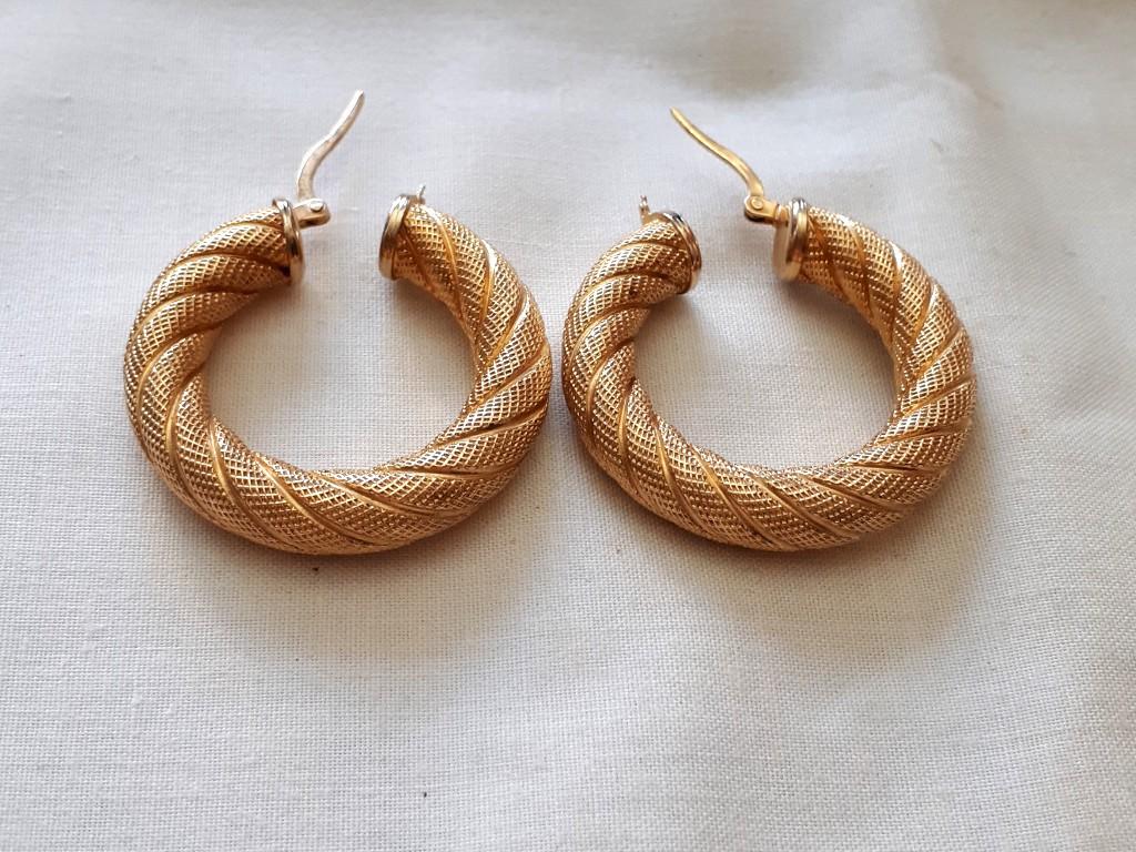 עגילי זהב שמנמנים ותלת מימדיים - גי'פסי - עם חריטה יפה