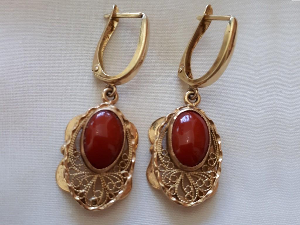 עגילי זהב עם קוראל אדום וסביבו קישוט פיליגרן מרשים - סגנון אר נובו