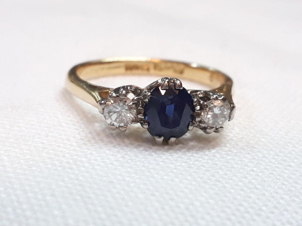 טבעת זהב נבוה משובצת בספיר מרכזי ויהלומים זוהרים