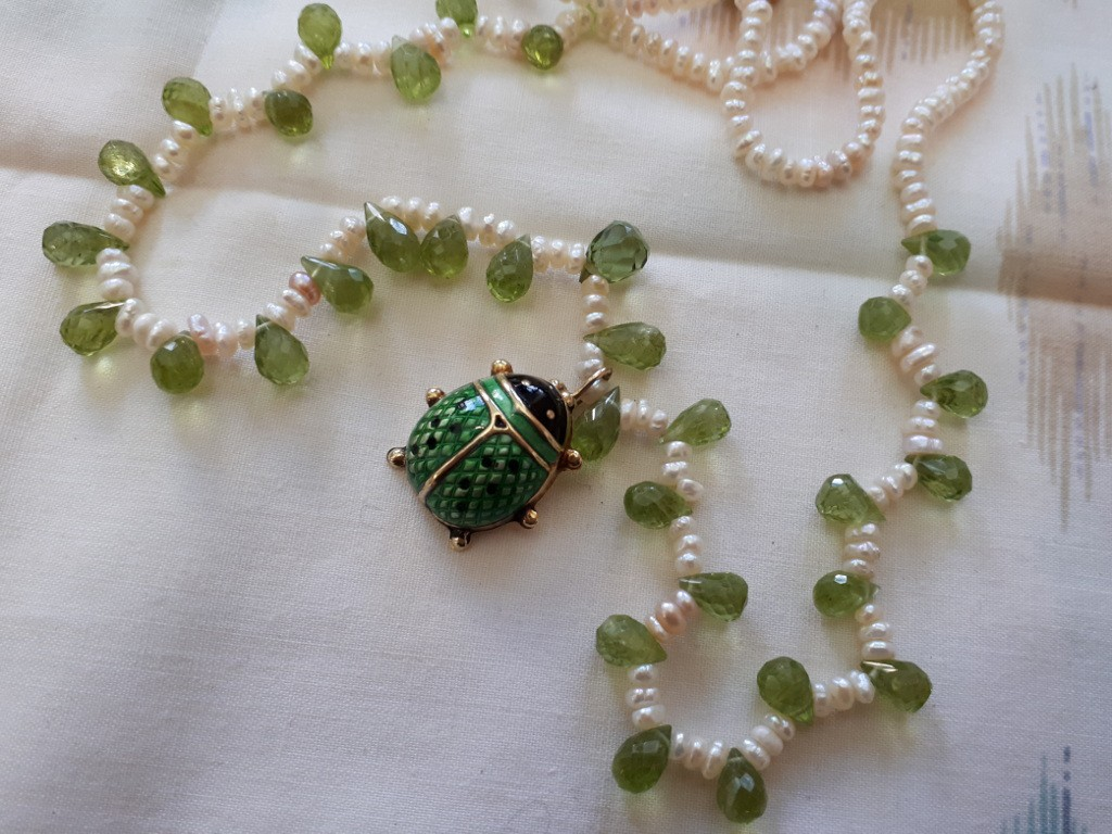 ענק פנינים ואבני פרידוט ועליו תליון חיפושית זהב באמאייל ירוק - מושלם!