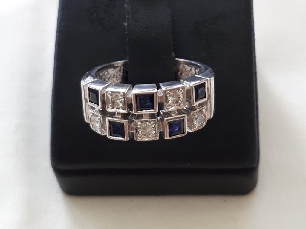 טבעת אר-דקו מזהב לבן - משובצת בספירים כחולים ויהלומים