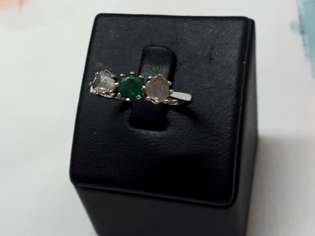 טבעת זהב ויקטוריאנית ובמרכזה אבן אמרלד יפה ודיאמנט זוהר בכל צד