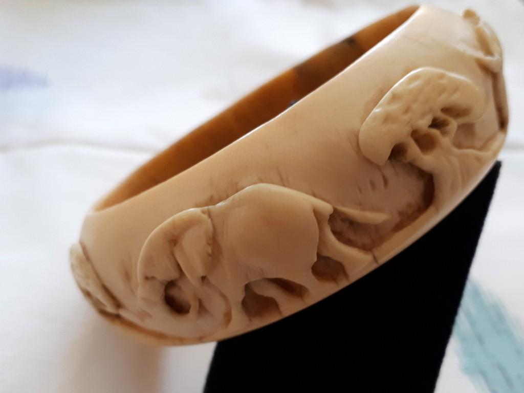 צמיד חישוק מעצם מגולף באיכות עם פילים ועצים