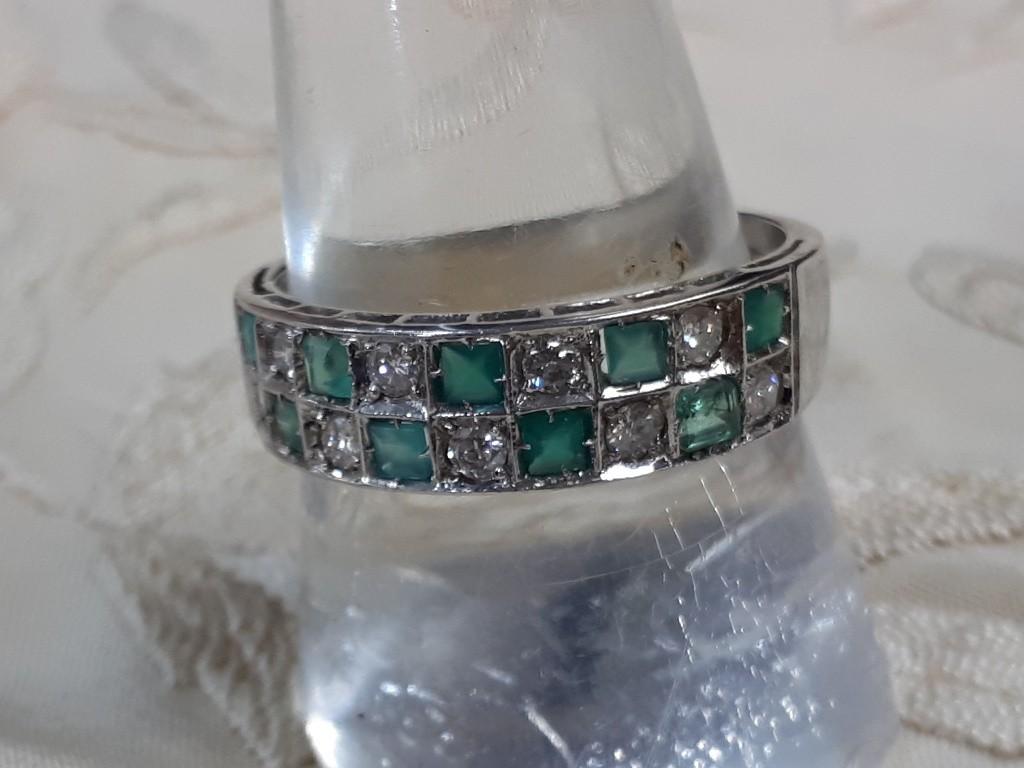 טבעת צרפתית משובצת לסרוגין ביהלומים ואמרלדים-אר דקו במיטבו