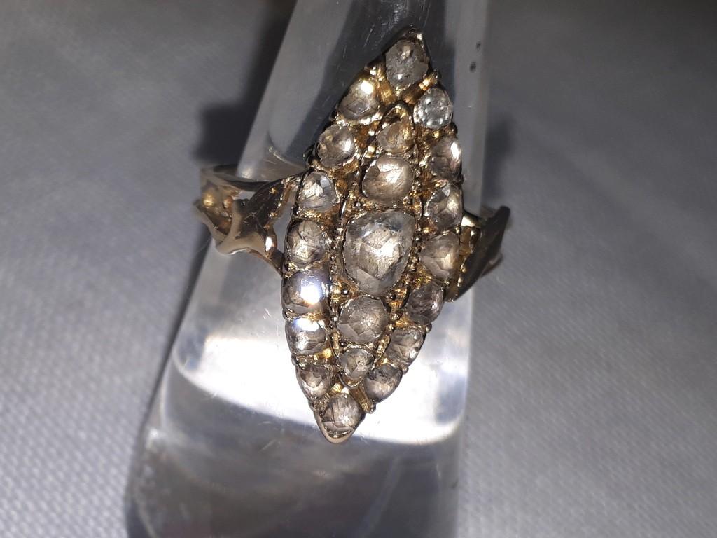 טבעת 18 קאראט עתיקה משובצת כולה בדיאמנטים זוהרים