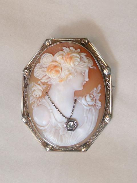 Art Deco Brooch with Cameo on Shell, Gold Filigran and Diamond