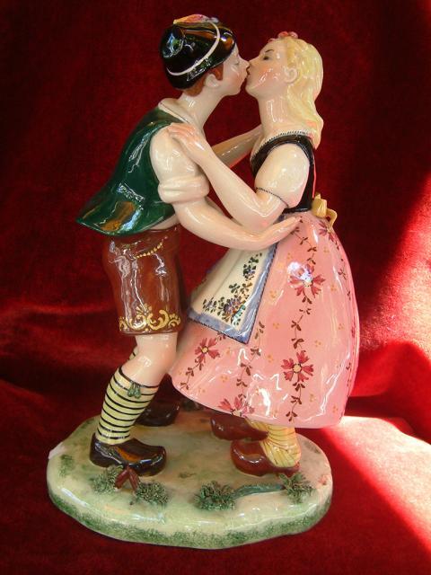 פסל קרמיקה איטלקי של זוג מתנשק בתלבושות עממיות