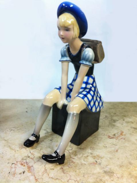 גולדשיידר-דאקון פסל ילדה יושבת אר-דקו