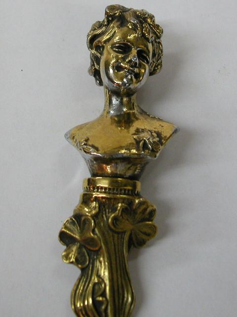 סכין מכתבים מברונזה מעוצבת בדמות אישה ובסיגנון אר נובו.