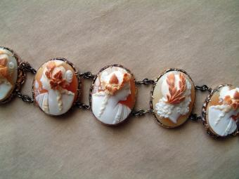 Gold Bracelet with 6 big Shell Cameo Medallions