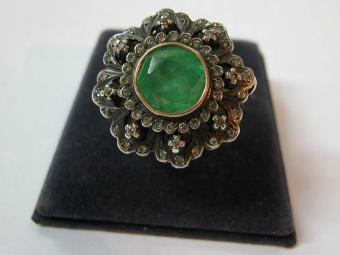Flower Shaped Ring with Emerald and Diamonds