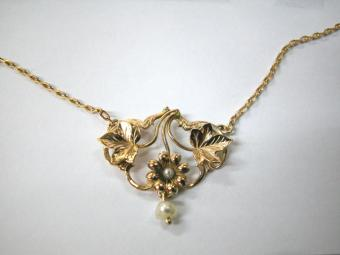 Gold Necklace with Flowers shaped Pendant