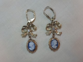 "Gold Earrings with Diamonds and Cameos ""Wedgewood"""
