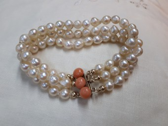 High Quality Pearls Bracelet with Gold Lock and Corals